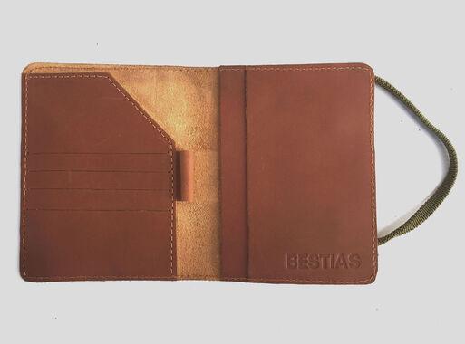 Porta%20Pasaporte%20Bestias%20Mole%20Travel%20Caf%C3%A9-Verde%2CCanela%2Chi-res