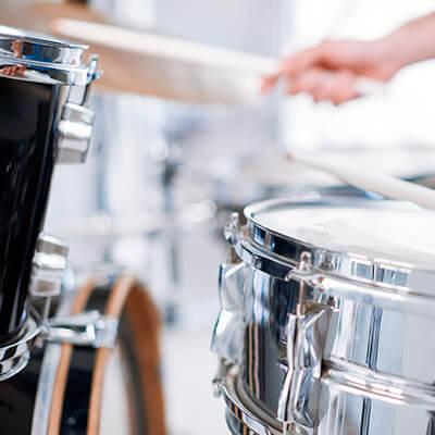 Guitarras, saxos, teclados, baterías y otros instrumentos musicales