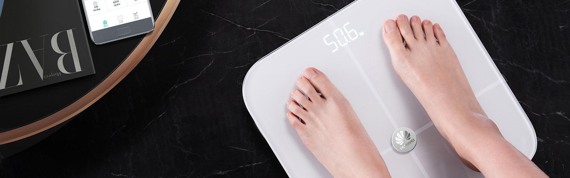 La Pesa Huawei muestra automáticamente el peso corporal y el porcentaje de grasa de los usuarios.