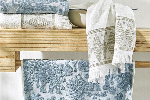 Toallas, cortinas, pisos y otros accesorios para baño