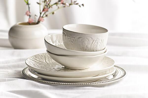 Platos, cubiertos, vasos, copas y accesorios para llevar a la mesa